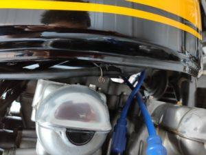 エンジンヘッド上のドレンホースを外す