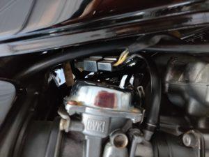 キャブ上のフューエルゲージケーブルのコネクターを外す